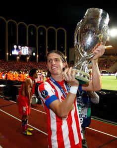 El lateral del Atlético ofreció la Supercopa 2012 a los aficionados que se desplazaron hasta el Louis II de Mónaco (31/08/2012).