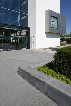Polygonales Bauen erzeugt Spannung und Aufmerksamkeit. Ebenfalls reizvoll ist die Kraft, die entsteht, wenn puristische Architektur auf polygonale Bodengestaltung trifft. Oder wenn polygonale Platten die Gesamtwirkung architektonischer Ensembles im Eingangsbereich verstärken. Sidewalk, Floor Design, Paving Stones, Door Entry, Architecture, Side Walkway, Walkway, Walkways, Pavement