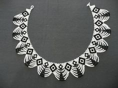 Again, black and white. Plus scheme. Beaded Necklace Patterns, Seed Bead Patterns, Beading Patterns, Seed Bead Necklace, Seed Bead Jewelry, White Necklace, Seed Bead Projects, Beaded Collar, Beads And Wire