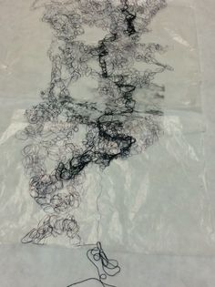 Impressão sobre tecido, de matrizes em relevo. Linha física e linha desenhada ( trabalho de uma estudante )