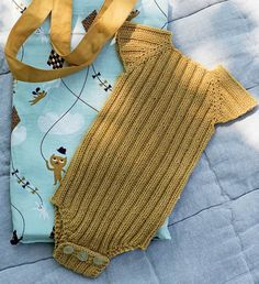 Få strikkeopskriften her. Få strikkeopskriften her. Knitting For Kids, Baby Knitting Patterns, Baby Patterns, Vintage Patterns, Drops Baby, Baby Barn, Knitted Romper, Baby Vest, Baby Sewing