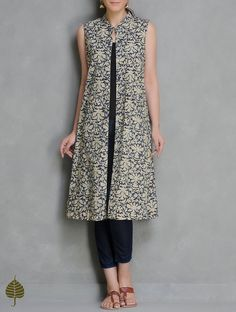 Beige Kalamkari Printed Sleeveless Open Jacket by Jaypore Cotton Apparel Jackets Qalamkari Block Kurtas Pant Kalamkari Designs, Salwar Designs, Blouse Designs, Indigo Dress, Batik Dress, Kurti Patterns, Dress Patterns, Outer Batik, Modele Hijab