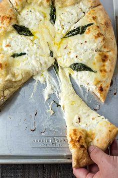 cheese pizza The Best Pizza Bianca (White Pizza) - The BEST white pizza you will ever make! Made with store-bought dough, shredded mozzarella cheese, ricotta cheese, and Pecorino Romano c Pizza Al Pesto, Pizza Pizza, Pizza Cheese, Pizza Best, Pasta On Pizza, Veggie Pizza, Grilled Pizza, Crust Pizza, Recipes