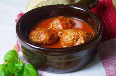 Ein echtes Wohlfühlessen: Die herzhaften Polpette di carne werden in einer fruchtigen Tomatensoße serviert. Dazu passt Ciabatta.