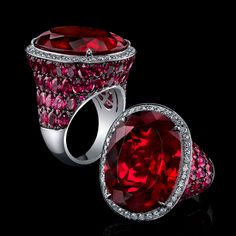 Un profundo joya rubelita radiante rojo de un magnífico 30.16cts se establece por expertos en un entorno esculpido 18K oro blanco mano y acentuado con diamantes blancos y más de 9 quilates de rubíes.