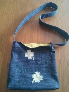 Dantel aplike işlemeli çapraz askılı çanta