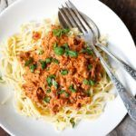 """Rezept drucken Springe zu Rezept Werbung. Würdet ihr diese Woche zu mir zu Besuch kommen, würde ich euch eine große Portion Nudeln mit Frischkäse-Tomaten-Sauce kochen. Denn seien wir mal ehrlich, bei diesem """"Sommerwetter"""" momentan brauchen wir einfach Soulfood. Und spätestens, wenn ihr euch die erste Gabel Spaghetti mit dieser unglaublich cremigen, tomatigen Frischkäse-Sauce in den...Read More »"""