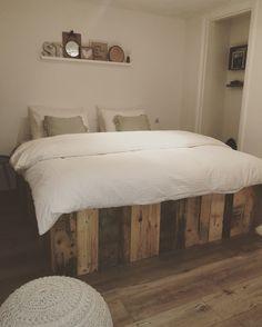 Slaapkamer❤️ bed is zelf gemaakt van verschillende soorten pallets.