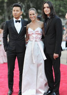 Sarah Jessica Parker posed with her dress designers, Prabal Gurung and Olivier Theyskens at the New York City Ballet 2013 Fall Gala. 9-19-2013