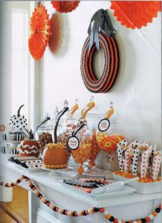 DIY Halloween Themed Candy Bar I love the idea, but I would do healthy foods. Roald Dahl's recipe book is great for creating interesting foods for Halloween. Halloween Candy Bar, Fröhliches Halloween, Fall Candy, Halloween Goodies, Halloween Table, Halloween Trick Or Treat, Halloween Birthday, Halloween Party Decor, Holidays Halloween