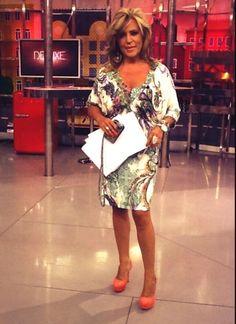 La famosa periodista de Tele 5 no duda en subirse a unos altos tacones y lucir piernas en el plató de Sálvame www.pedromiralles.com #pedromiralles #LydiaLozano
