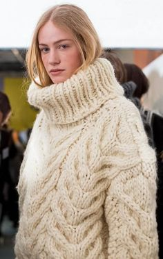 View all the photos from backstage at the Andrew Gn autumn (fall) / winter 2015 showing at Paris fashion week. Read the article to see the full gallery. Chunky Knit Jumper, Mohair Sweater, Chunky Knits, Thick Sweaters, Wool Sweaters, Extreme Knitting, Double Knitting, Gros Pull Mohair, Handgestrickte Pullover