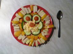 Cherry rajčátka + žlutá paprika + vajíčko + okurek + kedluben.  Zdravá česká snídaně.