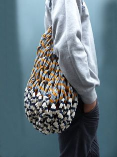Ello is a community to discover, discuss, publish, share and promote the things you are passionate about. Filet Crochet, Knit Crochet, Net Bag, Finger Knitting, Craft Bags, Basket Bag, Crochet Handbags, Big Bags, Knitted Bags