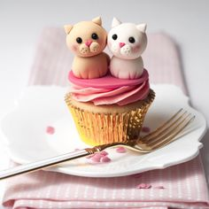 Easy and super cute tutorial on how to create two sweet little love cats - perfect for Valentine cupcakes and cakes!