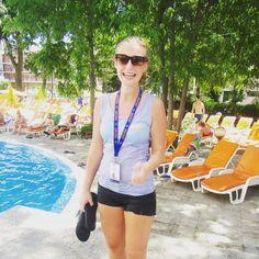Sonnenstrand! In den Pool geworfen werden gehört doch irgendwie auch zum perfekten Urlaub! Oder was gehört für euch dazu?! ✌️#bisschennass #stelldichnichtsoan #norisknofun #teambabyblau #jamreisen