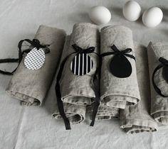 ronds de serviettes décorés d'oeufs en tissu en noir et blanc