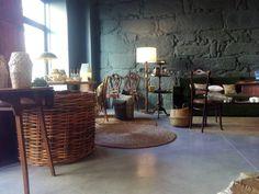 #mercadooftstore #mls #umseisum #store #interior #interiordesign #lojadedecoração #decor #pieces #furniture #cestos #palhinha #mesa #mesadeapoio #vaso #tapete #light #luz #candeeiro #sofa #chair #cadeira #wall