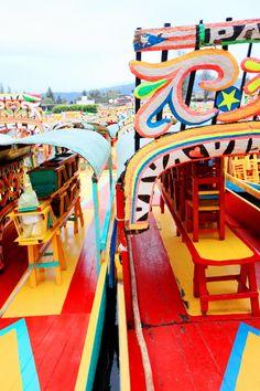 ¡Xochimilco, trajineras decoradas con arregflos de flores que circulan por los innumerables canales del lago!