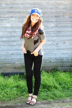 Could anyone but Sydney look this awesome in a baseball tee and jeans? (Remember this for Angel games! Get those sandals!)
