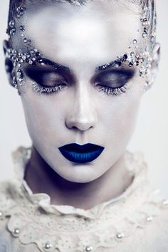 halloween ideas-porcelain-skin-effect-cobalt-blue-lip-ice-queen - Schminken - Makeup Halloween Makeup Anleitung, Ice Queen Makeup, Ice Princess Makeup, Fantasy Make Up, Fantasy Hair, Dark Fantasy, Winter Fairy, Make Up Art, Maquillage Halloween