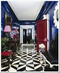 Ooooo black fromt door and blood red interior doors! Fancy!