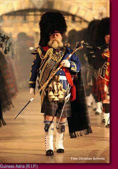 Pipe Major leading a regimental pipe band. Scottish Dress, Scottish Kilts, Scottish Fashion, Scottish Clans, Tartan Men, Tartan Kilt, Plaid, Scotland Kilt, Glasgow Scotland