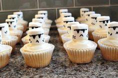 Galaktisches Essen kochen Du musst! Denn für die StarWars-Kindergeburtstagsparty wollen die jungen Jedi-Ritter auch standesgemäß versorgt werden. Diese Idee fanden wir besonders süß. Danke dafür Dein balloonas.com #kindergeburtstag #balloonas #starwars #yoda essen #food