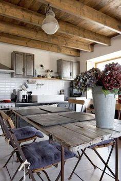 Une cuisine tout en récup' dans cette maison bretonne - La nouvelle déco bord de mer - CôtéMaison.fr