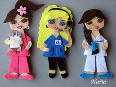 EL <b>FIELTRO</b> EN MIS MANOS: Muñecas personalizadas(estilo tres) Doll Crafts, Cute Crafts, Sewing Crafts, Crafts For Kids, Felt Dolls, Paper Dolls, Baby Dolls, Felt Keyring, Felt Brooch