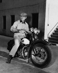 Clark Gable around 1920 riding his Harley Davidson Motos Harley Davidson, Davidson Bike, Rhett Butler, Clark Gable, Vintage Bikes, Vintage Motorcycles, Custom Motorcycles, Vintage Men, Film