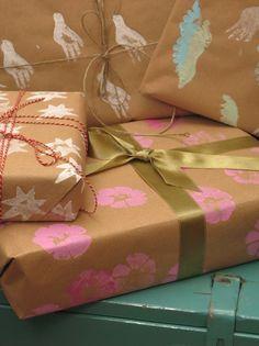 Christmas calendar 2009: 17. Potato press your own wrapping paper