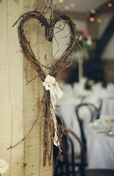 Gardening Autumn - Coeur pour le mariage déco - With the arrival of rains and falling temperatures autumn is a perfect opportunity to make new plantations Twig Crafts, Nature Crafts, Diy And Crafts, Christmas Wreaths, Christmas Crafts, Christmas Decorations, Winter Christmas, Wedding Wreaths, Wedding Decorations
