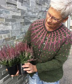 Frjókorn KIT – Icelandic Knitter – Hélène Magnússon A Frjókorn sweater with the colors of heather! Stitch Fiddle is an online crochet, knitting and cross stitch pattern Strickmuster Sweater Knitting Patterns, Knitting Designs, Knit Patterns, Knitting Projects, Knitting Tutorials, Stitch Patterns, Tejido Fair Isle, Fair Isle Knitting, Free Knitting