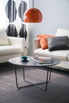 Aamukahvit olohuoneessa  Malli: Free sohvapöytä Jälleenmyyjä: Isku-liikkeet  #pohjanmaan #pohjanmaankaluste #käsintehty