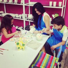 Family painting pottery Cafe Pintado
