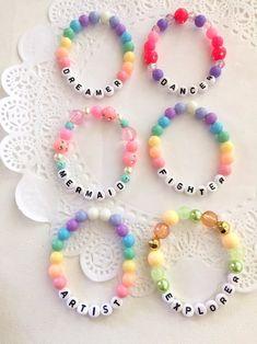 Letter Bead Bracelets, Pony Bead Bracelets, Diy Beaded Bracelets, Candy Bracelet, Diy Friendship Bracelets Patterns, Kids Bracelets, Bracelet Crafts, Beaded Jewelry, Word Bracelets