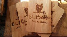 Tablas de bambú grabadas con logo de El Buho