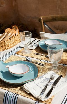 Summer house in Formentera via El Mueble Table Turquoise, Boho Home, Deco Table, Decoration Table, Home Living, Dinner Table, Country Kitchen, Tablescapes, Summer Time
