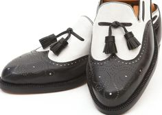 Paco Lopez, shoemaker from Seville. Mocasin bicolor con borlas y puntera vega calada. Esta elegante combinación en blanco y negro es la oposición más perfecta y extrema del color, vinculada inevitablemente con el Jazz y su estilo libre e independiente. http://www.laguarnicioneria.com/