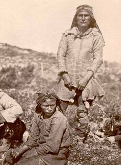 An Innu Hunter from Northern Labrador Wearing a Caribou-skin Coat, ca. 1910 (Formerly Northwest Territoritories now Newfoundland and Labrador) Native American Photos, American Indian Art, Native American Tribes, Native American History, Native Americans, Newfoundland Canada, Newfoundland And Labrador, Aboriginal People, Canadian History