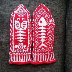 Knitting Pattern Name: Cat & Fish Mittens Pattern by: Natalia Yogiki Osipova Crochet Mittens, Mittens Pattern, Knitted Gloves, Knit Crochet, Knitting Charts, Knitting Socks, Hand Knitting, Knitting Patterns, Wrist Warmers