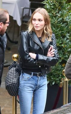 This is a beautiful black leather jacket, asymmetrical moto style but without all the zipper action. Big fabric tote, high waisted light wash jeans with black leather belt. She doesn't know how great she looks. Lily Rose Melody Depp, Lily Rose Depp Style, Looks Style, Looks Cool, Style Moto, Pantalon Bleu Marine, Lily Depp, Mein Style, Vanessa Paradis