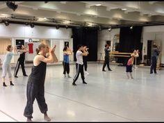 Probenvideo von RECORTES aus dem Ballettsaal  Die Gastchoreografenabende sind immer wieder eine wunderbare Gelegenheit für die Tänzer/Innen neue Bewegungssprachen choreografische Stile und Herangehensweisen kennenzulernen. Mit einer ausgesprochen knappen Probezeit von nur 3 Wochen  vor den Endproben  stellen wir diesmal mit RECORTES einen Rekord auf  Innerhalb von nur einer Woche hat Gustavo Ramírez Sansano gemeinsam mit seinem Assistenten Eduardo Zuñiga 30 Minuten Bewegungsmaterial…