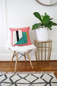 This yarn-fringe pillow makeover project is pure genius (and easier than it looks). #DIY