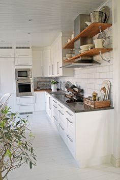 I like the exposed shelving surrounding the hood fan and the box for assorted spices, utensils, cutting boards, etc.