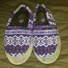 Acorn Women's slippers size 5 - 6 These are Acorn slippers size 5 - 6. They are multicolor with a nice design. They are not made for narrow feet but are comfortable. There is some wear on the bottom but still a lot of cushion inside. Acorn Shoes Slippers