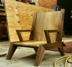 Some serious angles on this chair. give your opinion and comment below! Modern Wood Furniture, Diy Outdoor Furniture, Diy Pallet Furniture, Furniture Projects, Cool Furniture, Furniture Design, Wooden Chair Plans, Chair Design Wooden, Sofa Design