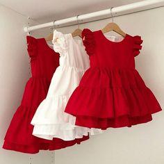 A imagem pode conter: pessoas em pé Stylish Dresses For Girls, Little Girl Dresses, Kids Outfits Girls, Girls Dresses, Dress Girl, Dresses Dresses, Party Dresses, Summer Dresses, Little Girl Dress Patterns