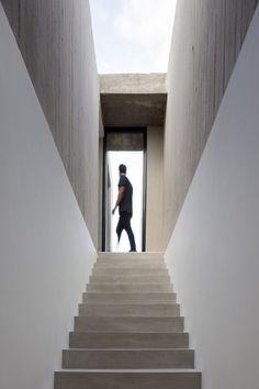Concrete box tops Felipe Gonzalez Arzac's Casa Rex in Argentina Entryway Stairs, Interior Staircase, Patio Interior, Staircase Design, Box Tops, Architecture Art Design, Architecture Details, Concrete Jungle, Urban Home Decor